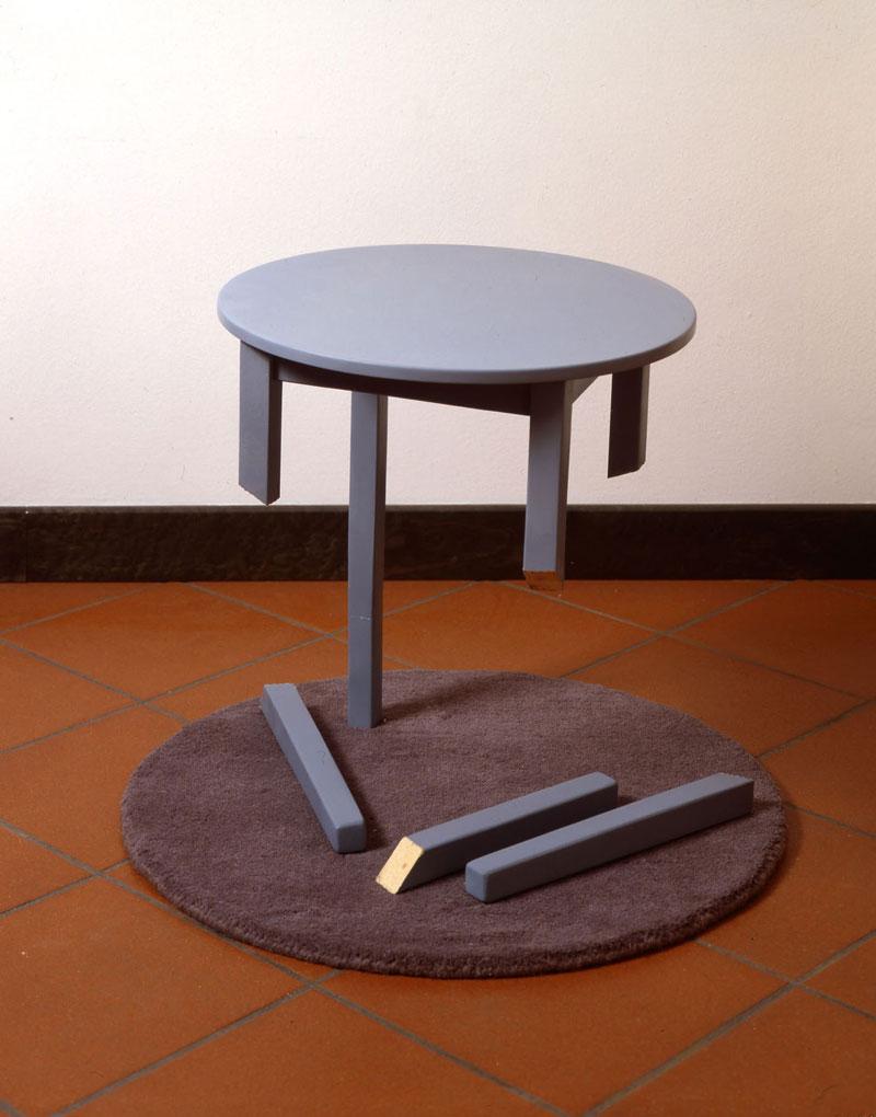Simone Racheli, Resistenza, 2004, legno, ferro, smalti, tappeto, cm 70x70x52